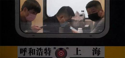 Des passagers d'un train à Shanghai, portant un masque, le 21 janvier 2020. REUTERS/Aly Song