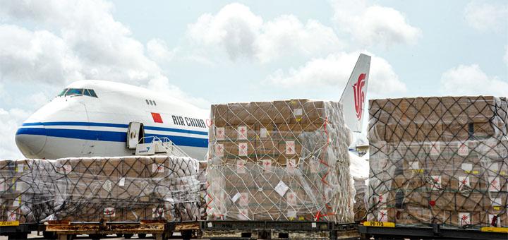 Des fournitures médicales envoyées par la Chine à 18 pays africains arrivent à l'aéroport international Kotota d'Accra, capitale du Ghana, le 6 avril 2020. (Xu Zheng / Xinhua)