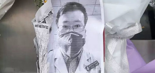 Une photo de Li Wenliang, devant un hôpital de Wuhan, vendredi 7 février 2020. STR,STR / AFP