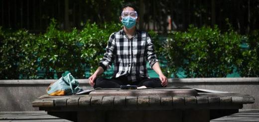 Femme méditant dans un parc à Pékin pendant l'épidémie de coronavirus le 3 avril 2020. Wang Zhao/AFP