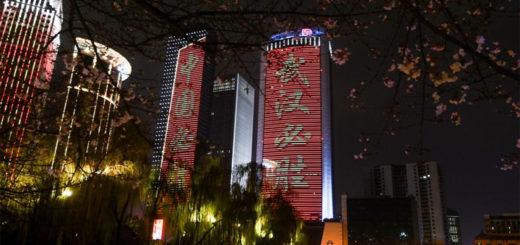 """Photo prise le 15 mars 2020 montrant des bâtiments illuminés avec des slogans disant """"Victoire pour Wuhan et victoire pour la Chine"""" à Wuhan, dans la province chinoise du Hubei (centre). (Photo : Chen Yehua)"""
