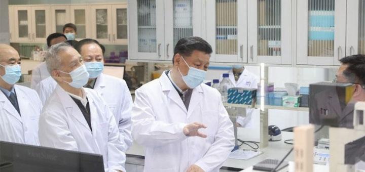 Le président chinois Xi Jinping, également secrétaire général du Comité central du Parti communiste chinois et président de la Commission militaire centrale, en apprend plus sur les progrès du vaccin le 2 mars 2020. CRÉDIT : DING HAITAO / XINHUA / AFP