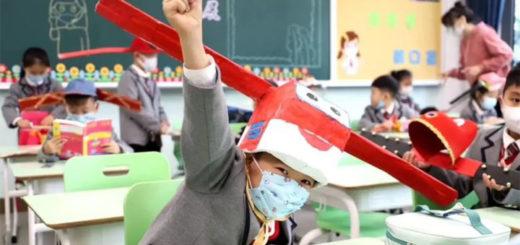 D'improbables chapeaux pour inciter les écoliers à garder leurs distances. © Zhejiang Daily
