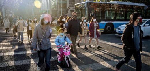 Des habitants de Pékin, le 21 avril. © Nicolas Asfouri / AFP
