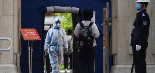 À l'entrée de ce lycée de Pékin, la capitale chinoise, un sas de désinfection accueille les élèves de dernière année qui ont repris les cours ce lundi. © AFP / Greg Baker