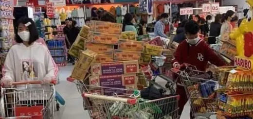 En prévision de la pandémie du COVID-19, des clients d'un supermarché vietnamien constituent des réserves. © Wikipedia Commons