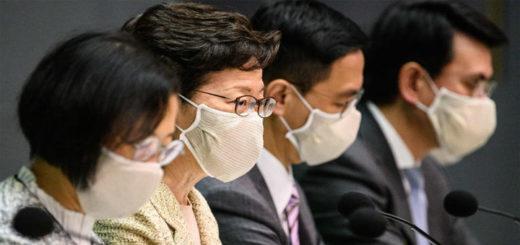 Carrie Lam (2e à partir de la gauche), cheffe de l'exécutif de Hong Kong, lors d'une conférence de presse le 5 mai 2020 au cours de laquelle elle a annoncé la distribution de masques à tous ses concitoyens. © Anthony WALLACE / AFP