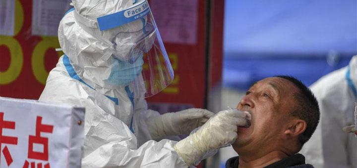 Des soignants en plein test de dépistage du Covid-19, dans la ville de Shulan (province du Jilin), dimanche. © Zhang Nan. AP