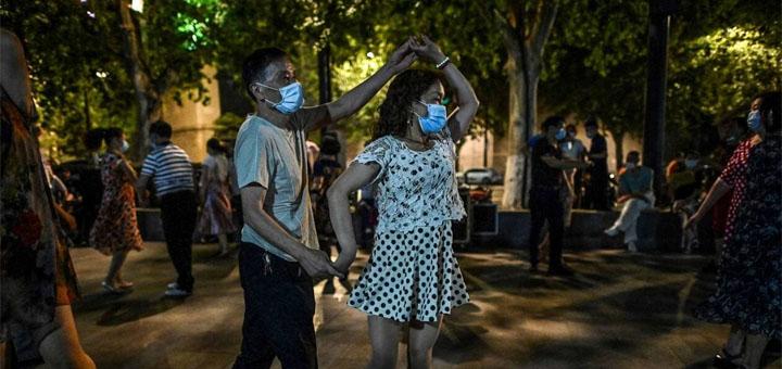 La vie reprend à Wuhan. Les habitants peuvent à nouveau danser...masqués. © Hector Retamal / AFP