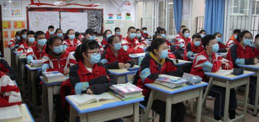 Des écoliers à Guiyang, dans la province chinoise de Guizhou, le 16 mars 2020. © cnsphoto via REUTERS