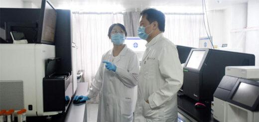 En Chine, des chercheurs assurent avoir mis au point un traitement qui guérit les malades mais les immuise aussi temporairement contre le Covid-19. © ZHAO / AFP