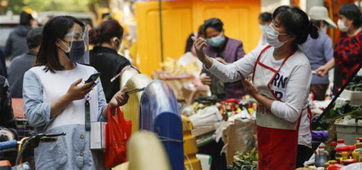 Des habitants achètent de la nourriture à Wuhan, capitale de la province chinoise du Hubei (centre), le 16 avril 2020. © Shen Bohan/Xinhua