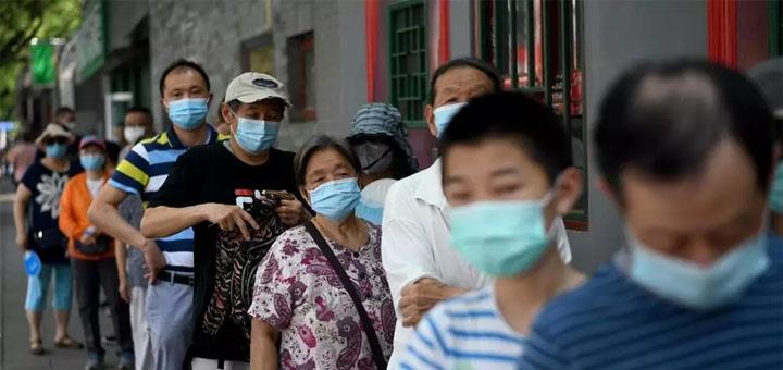 À Pékin, des habitants font la queue pour se faire dépister. © NOEL CELIS / AFP