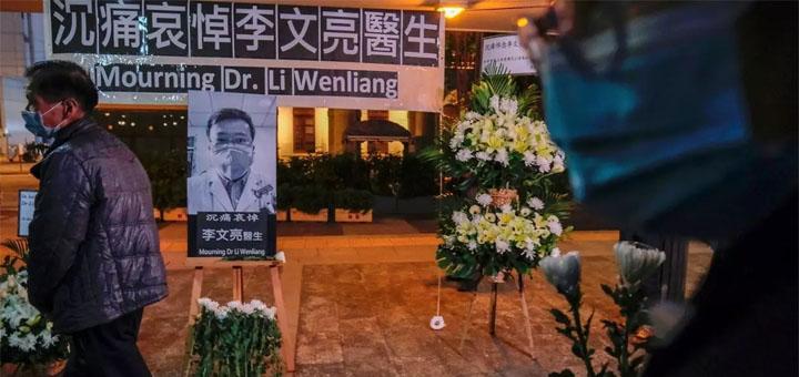 Un mémorial improvisé en hommage au médecin chinois Li Wenliang décédé du coronavirus le 7 février 2020 à Wuhan. © REUTERS/Tyrone Siu/File Photo