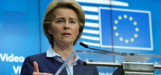 La présidente de la Commission européenne, Ursula von der Leyen, lors d'une conférence de presse, à Bruxelles, le 23 avril 2020. © Olivier Hoslet/Pool via REUTERS