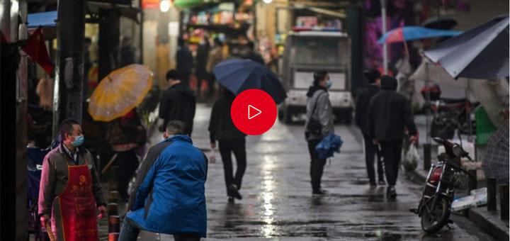"""Coronavirus : """"les gens de Wuhan sont des parias"""", selon le correspondant de France Télévisions. © Photo : Hector RETAMAL / AFP, © Média : RTL."""