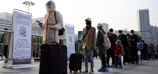 A Wuhan, des personnes font la queue à la gare pour quitter la ville, le 8 avril 2020. © NOEL CELIS / AFP