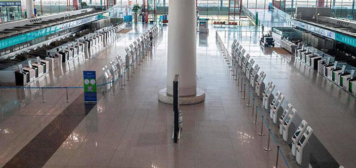 Pékin a exhorté mardi ses 21 millions d'habitants à éviter les voyages «non essentiels» en dehors de la ville et ordonné une nouvelle fermeture des écoles. © NICOLAS ASFOURI / AFP.