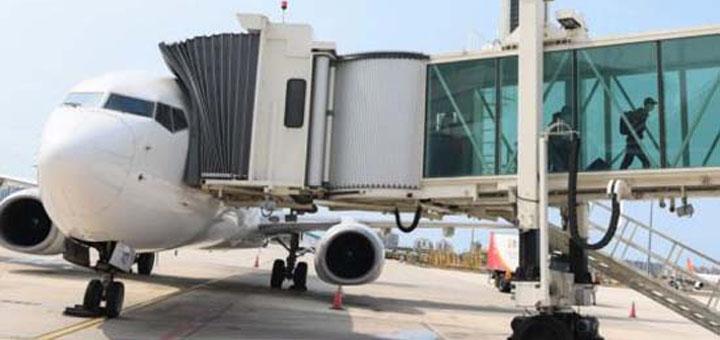 Les passagers du vol MU2527 de China Eastern Airlines descendent de l'avion à l'aéroport international Phoenix de Sanya, dans la province de Hainan (sud de la Chne), le 8 avril 2020. © Xinhua