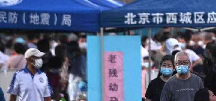 La découverte de plusieurs cas de coronavirus dans la région de Pékin a provoqué le confinement de certains quartiers de la capitale chinoise. Des tests massifs sont organisés pour les personnes qui ont fréquenté les foyers d'infection. © AFP/Noël Celis