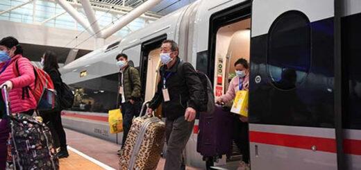 Des travailleurs de la province du Hubei (centre de la Chine) descendent du train à Shenzhen, dans la province du Guangdong (sud de la Chine), le 19 mars 2020. © Xinhua.