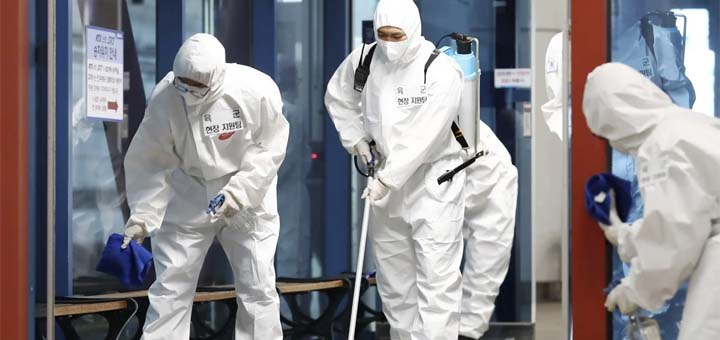 South Korean soldiers wearing protective gears disinfect a train station in Daejeon. © AP