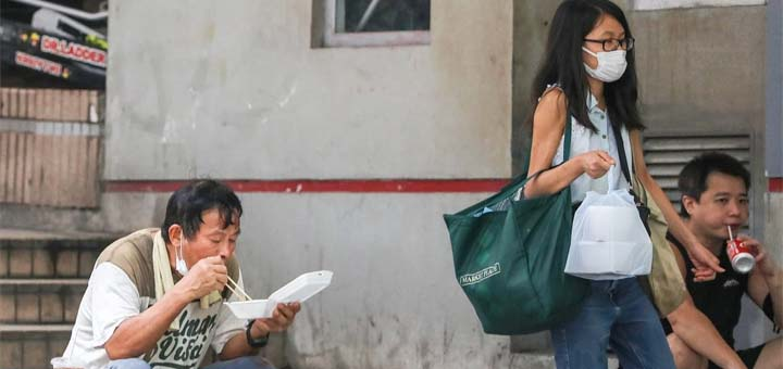 People eat their meals on the street in Central on Wednesday. © May Tse