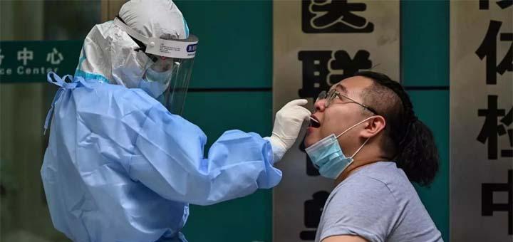 Dans la ville d'Urumqi, capitale du Xinjiang au nord-ouest de la Chine, ils sont désormais 39 porteurs du virus © Hector RETAMAL / AFP