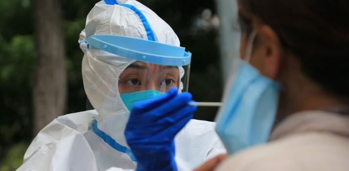 Une personne est testée au coronavirus à Dalian, le 26 juillet 2020 en Chine. © afp.com/STR