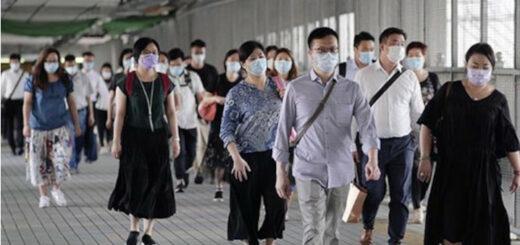Des personnes portant des masques sortent d'une station de métro de la région administrative spéciale de Hong Kong (sud de la Chine) le 13 août 2020. © Xinhua