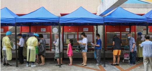 Residents of Shan King Estate in Tuen Mun return Covid-19 test samples at Shan King Community Hall. © K. Y. Cheng