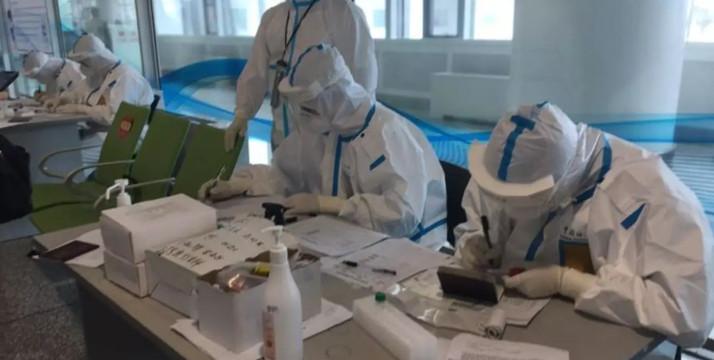 Tous les passagers venant de l'étranger doivent passer un test de dépistage Covid-19 pour entrer en Chine. © RFI/Stéphane Lagarde