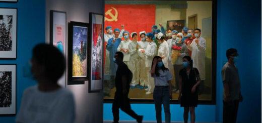 Des infirmières et des soldats le poing levé, devant un drapeau rouge qui rappelle les grandes heures du maoïsme : une exposition tout à la gloire du parti au pouvoir héroïse le combat des Chinois contre le coronavirus. © AFP