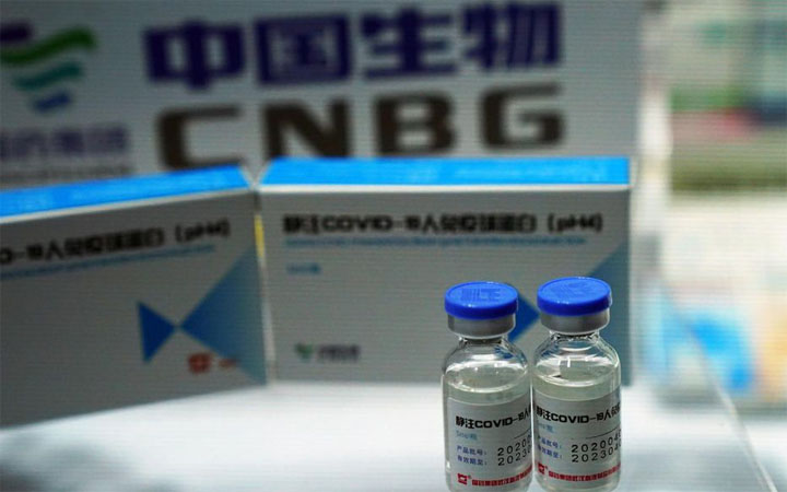 ur un stand, le laboratoire China National Biotec Group (CNBG) présente un vaccin contre le Covid-19. © REUTERS/Tingshu Wang