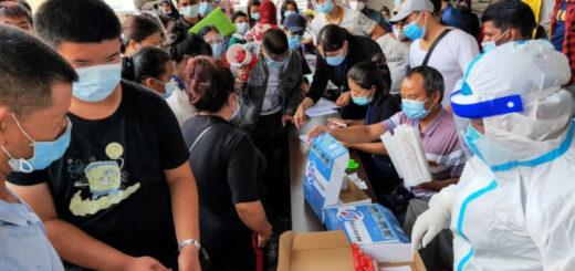 Des habitants de Ruili (Chine) doivent se faire dépister après des cas de coronavirus, le 15 septembre 2020. - AFP