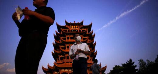 Coupée du monde pendant 76 jours entre janvier et avril, la métropole tentaculaire du Hubei reprend vie peu à peu. Ici, des touristes visitant la Yellow Crane Tower © Aly Song/REUTERS