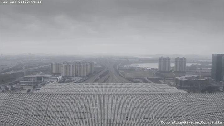 """a gare de Wuhan, en Chine, pendant le confinement © Capture d'écran du film """"Coronation"""" d'Ai Wei Wei"""