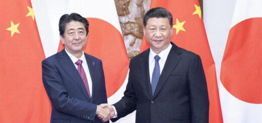 Le président chinois Xi Jinping (à droite) et le Premier ministre japonais Shinzo Abe, le 26 octobre 2018, à Pékin. © Li Tao / Xinhua News Agency / via AFP.