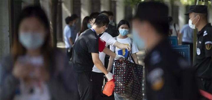 En Chine, les étudiants craquent face aux restrictions imposées dans le cadre de la lutte contre l'épidémie de Covid-19. Certains ont aussi manifesté leur fatigue des contrôles de santé à répétition, des barricades à l'entrée des campus. © STR / AFP