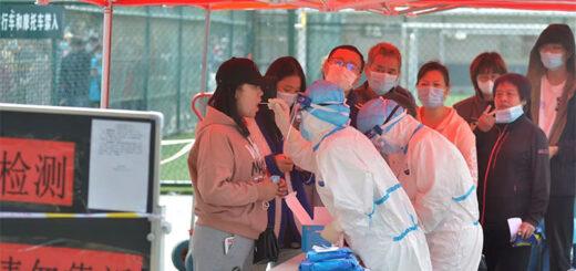 Des testes sont réalisés dans toute la ville de Qingdao, après l'apparition de quelques nouveaux cas. © cnsphoto via Reuters