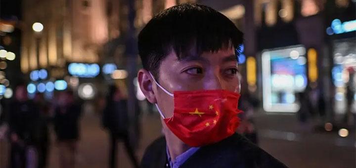 Un homme porte un masque à Shanghai en ctbre 2020 © HECTOR RETAM