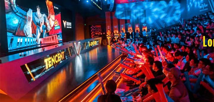 A Shanghaï, le 31 octobre, des fans de League of Legends assistent à la finale des mondiaux devant un écran. © FEATURE CHINA / BARCROFT MEDIA VIA GETTY IMAGES
