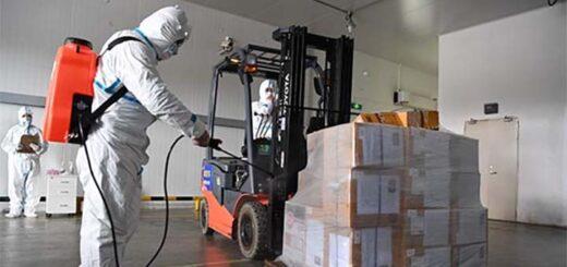 Un employé désinfecte les aliments emballés de la chaîne du froid qui seront exposés à la 3e Exposition internationale de l'importation de Chine (China International Import Expo, CIIE), le 29 octobre à Shanghai. L'exposition s'est terminée le 10 novembre. © China Daily