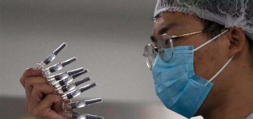 Les laboratoires China National Biotec Group et Sinovac Biotech proposent des vaccins inactivés, avec un virus tué en laboratoire à l'efficacité peut-être amoindri, comme les effets secondaires. © AP - Ng Han Guan