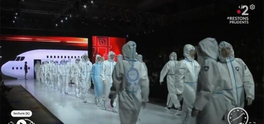 """capture d'écran du reportage """"Chine : un défilé à la mode Covid-19"""". © France 2 / France Télévision"""