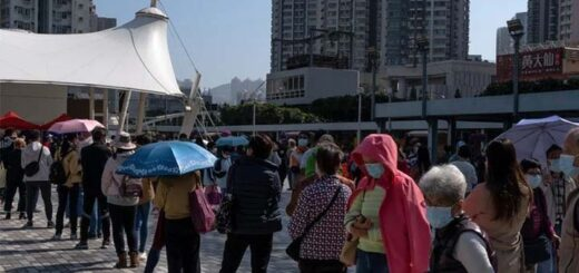 Hong Kong residents queue for Covid-19 testing on Saturday. © Bloomberg