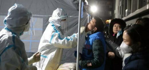 Un membre du personnel de santé réalise un test PCR à Pékin, après de nouveaux cas de Covid-19 rapportés dans la capitale chinoise, le 24 décembre 2020. © REUTERS - China Daily CDIC
