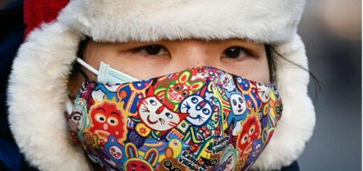 Une femme portant deux masques, dans une rue de Pékin, le 10 décembre 2020 © afp.com/WANG Zhao