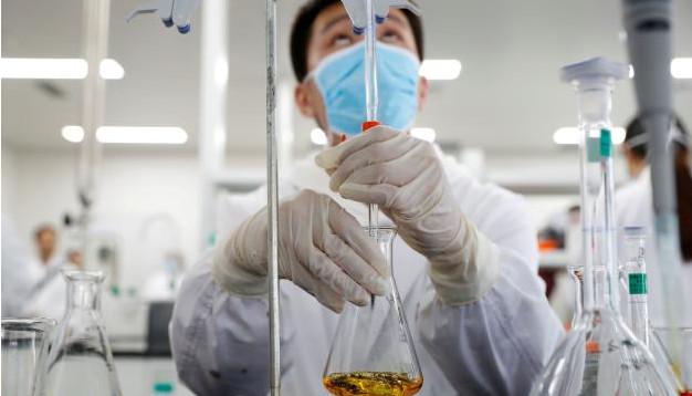 Dans le laboratoire chinois Sinovac Biotech, à Pékin, le 24 septembre. © THOMAS PETER / REUTERS