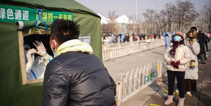 Des habitants font la queue pour les tests d'acide nucléique dans un site de test du COVID-19 dans l'arrondissement de Daxing, à Beijing, le 20 janvier 2021. L'arrondissement de Daxing a lancé un test de masse d'acide nucléique dans le but de contenir la dernière résurgence du COVID-19. © Xinhua News /Peng Ziyang
